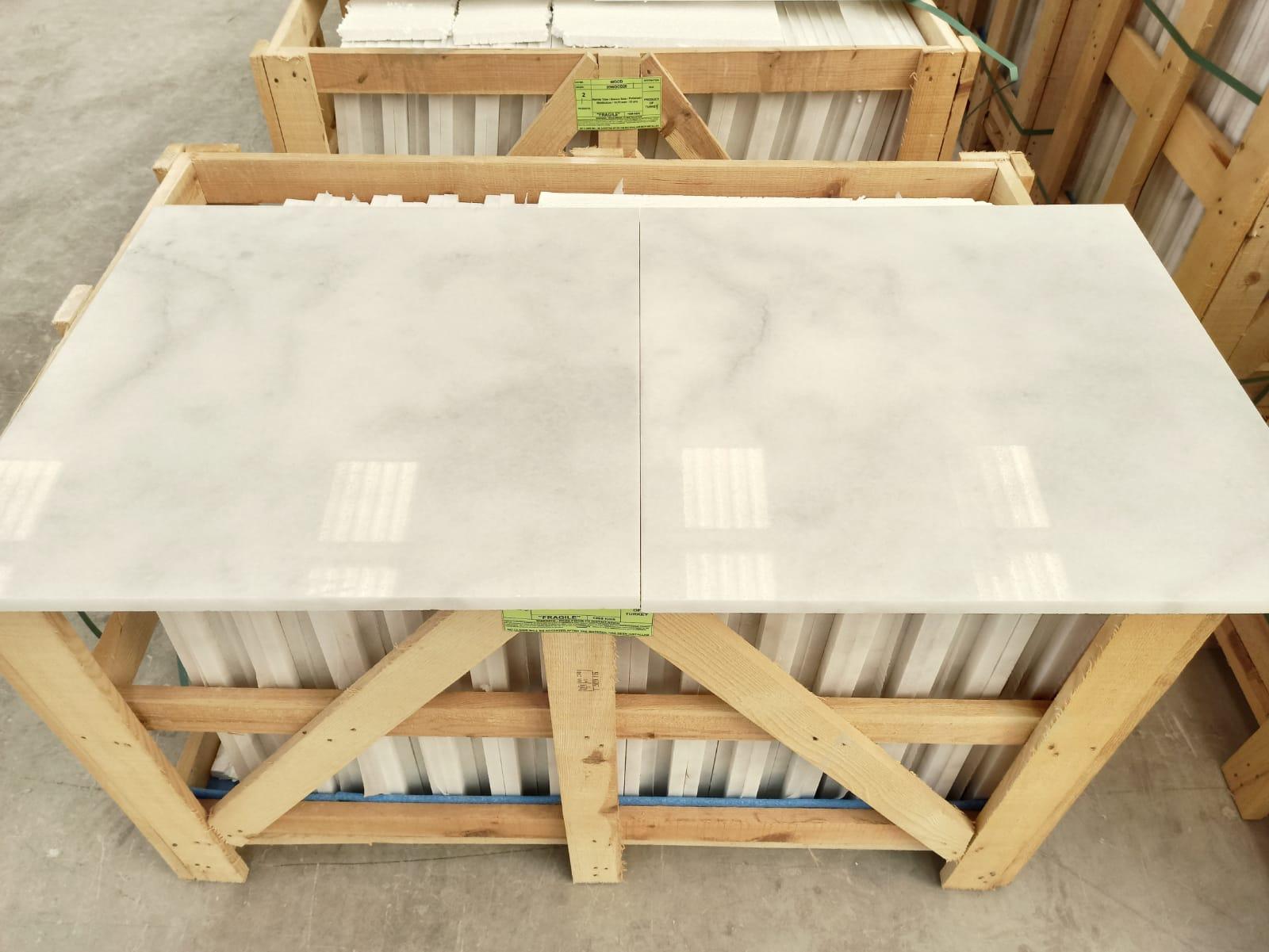 белый мрамор в плитке