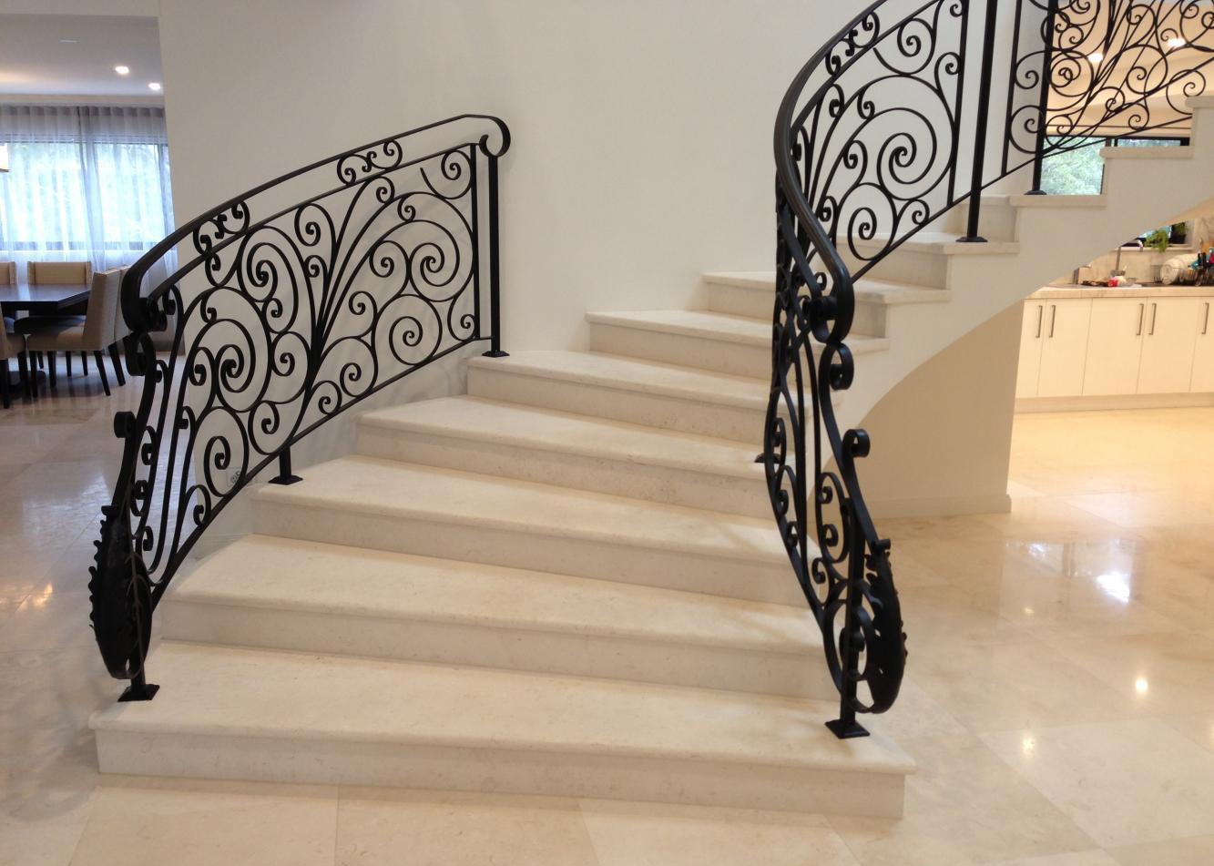 лестница со ступенями из травертина