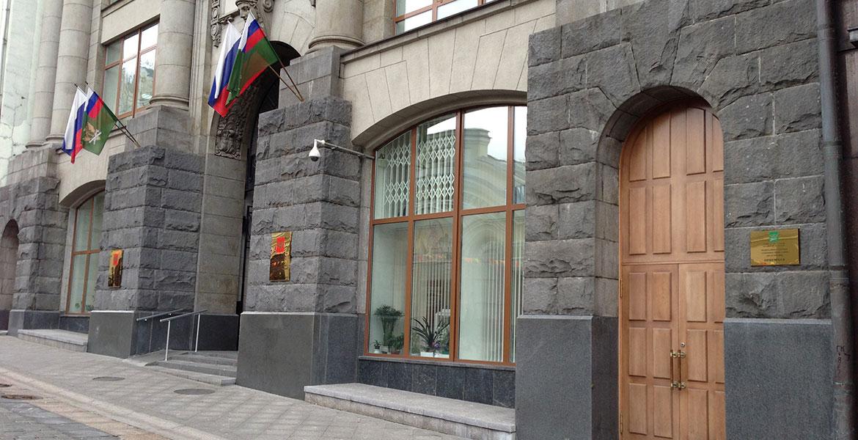 гранит на фасаде здания