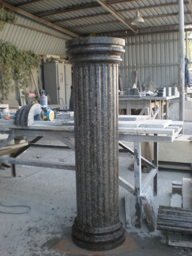 granit. kolonna iz granita.