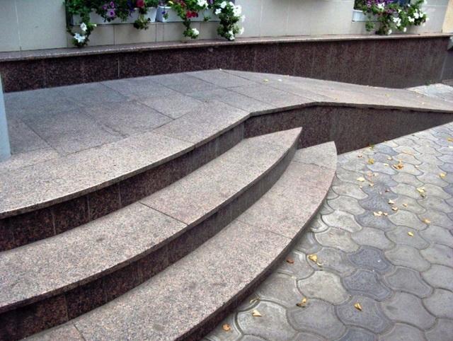 granitnye stupeni dlya krylca doma